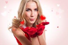 Gelukkig vrouw/meisje in liefde blazende harten. Concept stock foto