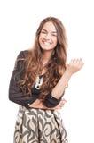 Gelukkig vrouwelijk model met het mooie en natuurlijke lange haar glimlachen Royalty-vrije Stock Foto