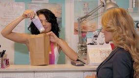 Gelukkig vrouwelijk verkoper of winkel hulpportret in het pakaankoop van de supermarktopslag stock video
