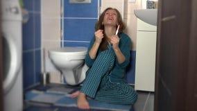Gelukkig vrouwenmeisje die positieve zwangerschapstest tonen aan haar partner stock video