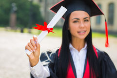 Gelukkig vrouwenportret bij haar graduatiedag het glimlachen Stock Afbeeldingen