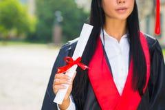Gelukkig vrouwenportret bij haar graduatiedag het glimlachen Stock Foto's