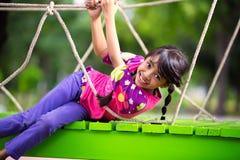 Gelukkig weinig Aziatisch meisje op de speelplaats Royalty-vrije Stock Afbeelding
