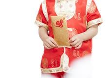 Gelukkig Weinig Aziatische jongen in Chinese traditionele kleding en handen ho stock fotografie