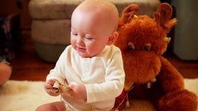 Gelukkig weinig baby die in woonkamer thuis kruipen stock videobeelden