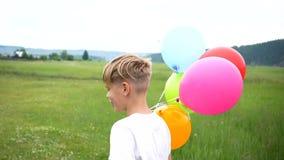 Gelukkig weinig baby, pret die rond met ballons lopen Openlucht recreatie Viering en pret Kind` s verjaardag stock footage