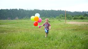 Gelukkig weinig baby, pret die rond met ballons lopen Openlucht recreatie Viering en pret Kind` s verjaardag stock video