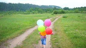Gelukkig weinig baby, pret die rond met ballons lopen Openlucht recreatie Viering en pret Kind` s verjaardag stock videobeelden