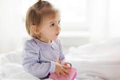Gelukkig weinig babymeisje met giftdoos thuis Stock Afbeelding
