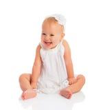 Gelukkig weinig babymeisje in witte die kledingslach op wit wordt geïsoleerd royalty-vrije stock foto