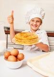 Gelukkig weinig bakker met smakelijke pannekoeken royalty-vrije stock foto