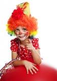 Gelukkig weinig clown die op iets richt Stock Afbeeldingen