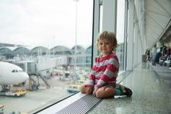 Gelukkig weinig jong geitje in luchthaven Royalty-vrije Stock Foto's