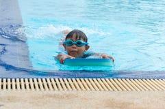 Gelukkig weinig jong geitjejongen die pret in een zwembad hebben stock afbeeldingen