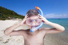 Gelukkig weinig jongen die met masker snorkelen royalty-vrije stock afbeeldingen
