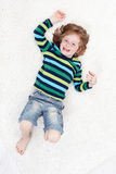Gelukkig weinig jongen die pret op de vloer heeft Royalty-vrije Stock Foto's