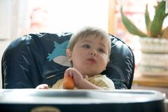 Gelukkig weinig jongen die wortelen houden Concept gezond voedsel royalty-vrije stock afbeeldingen