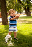 Gelukkig weinig jongen het lopen Stock Fotografie