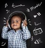 Gelukkig weinig jongen het luisteren muziek royalty-vrije stock foto's