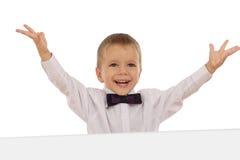 Gelukkig weinig jongen met banner en omhoog hoge handen stock fotografie