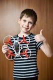 Gelukkig weinig jongen met stuk speelgoed quadcopter hommel Royalty-vrije Stock Foto