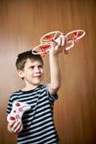 Gelukkig weinig jongen met stuk speelgoed quadcopter hommel Stock Foto