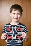 Gelukkig weinig jongen met stuk speelgoed quadcopter hommel Stock Foto's