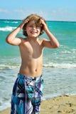 Gelukkig weinig jongen op het strand stock foto