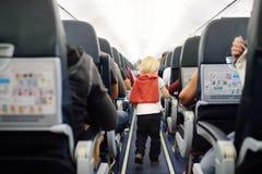 Gelukkig weinig jongen tijdens het reizen door een vliegtuig stock afbeeldingen