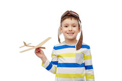 Gelukkig weinig jongen in vliegeniershoed met vliegtuig Royalty-vrije Stock Foto's