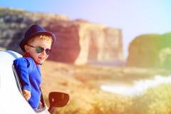Gelukkig weinig jongensreis door auto op de zomervakantie Royalty-vrije Stock Fotografie