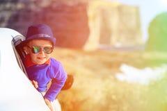 Gelukkig weinig jongensreis door auto op de zomervakantie Royalty-vrije Stock Foto
