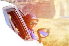 Gelukkig weinig jongensreis door auto op de zomervakantie Royalty-vrije Stock Afbeeldingen