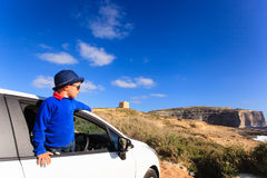 Gelukkig weinig jongensreis door auto op de zomervakantie Royalty-vrije Stock Foto's