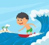 Gelukkig Weinig jongenssurfer die door het strand surfen Stock Foto's
