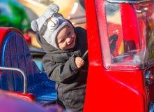 Gelukkig weinig jongenszitting in stuk speelgoed brandweerauto Royalty-vrije Stock Foto's