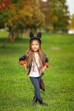 Gelukkig weinig kind het stellen voor de camera, babymeisje die en in de herfst op de aardgang in openlucht lachen spelen Stock Foto's