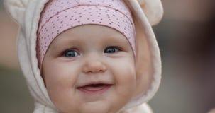 Gelukkig weinig kind in hoed het letten merkwaardig op met rente stock footage