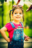 Gelukkig weinig mooi meisje openlucht in het park royalty-vrije stock fotografie