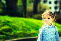Gelukkig weinig mooi meisje openlucht in het park stock afbeelding