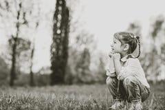 Gelukkig weinig mooi meisje openlucht in het park stock afbeeldingen