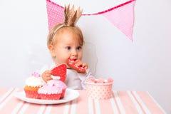 Gelukkig weinig prinses bij roze meisjespartij royalty-vrije stock fotografie