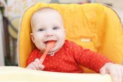 Gelukkig weinig 6 van het babymaanden meisje met lepel Stock Foto