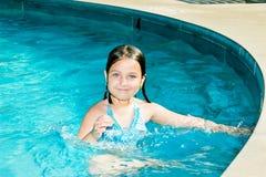 Gelukkig Weinig Zwemmer in Pool stock afbeeldingen