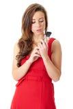 Gelukkig wijfje in rode kledingsbesprekingen over mobiele telefoon Royalty-vrije Stock Fotografie