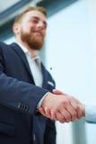 Gelukkig zakenmanhandenschudden met cliënt Stock Foto's