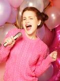 Gelukkig zingend meisje Schoonheidsvrouw met microfoon over backgroun royalty-vrije stock fotografie