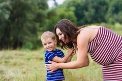 Gelukkig zwanger mamma en haar zoon stock foto