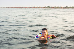 Gelukkig zwemmen stock fotografie