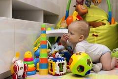 Gelukkige éénjarigenjongen het spelen met speelgoed in het kinderdagverblijf Royalty-vrije Stock Fotografie